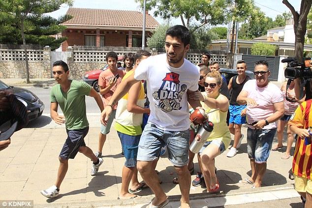 Luis Suarez mobbed in Barcelona