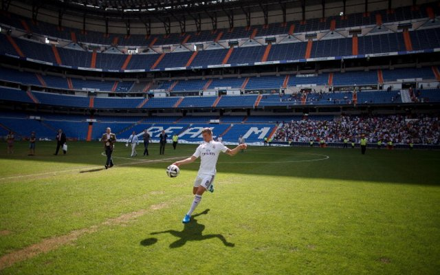 Images) Real Madrid Unveil New Signing Toni Kroos At The Bernabeu ... 2665c5380