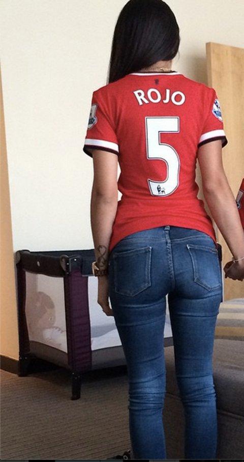 DEBATE sobre guapura de famosos y famosas - Página 41 Eugenia-Lusardo-Marcos-Rojos-wife-in-Manchester-United-shirt