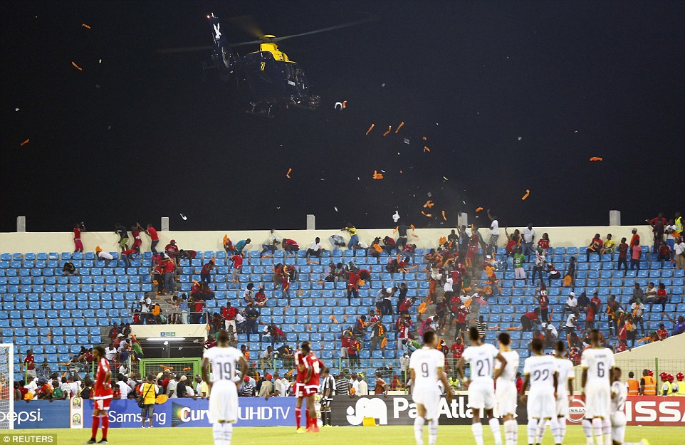 255FE1F400000578-2941812-PLayers_wait_on_the_pitch_as_a_helicopter_tries_to_control_an_ag-a-59_1423173831469