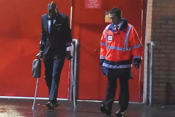 PAY-Mamadou-Sakho-leaving-Anfield-on-crutches-after-getting-injured-in-the-match-against-Crystal-Palace-1