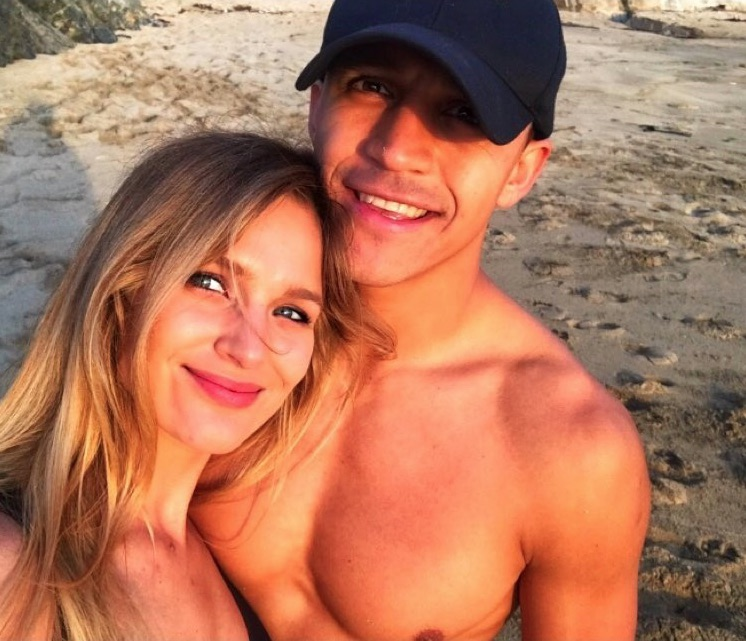"""Mayte Rodriguez shared this picture of herself and Alexis Sanchez along with the caption """"esa sonrisa"""""""