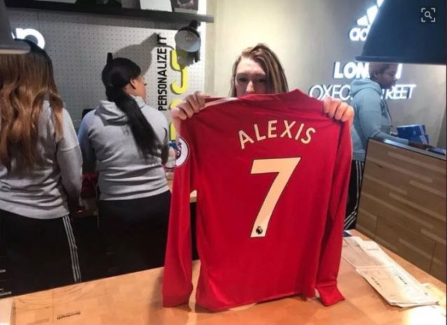 cheap for discount 093d6 48319 Alexis 7 Manchester United shirts on sale in Adidas store in ...